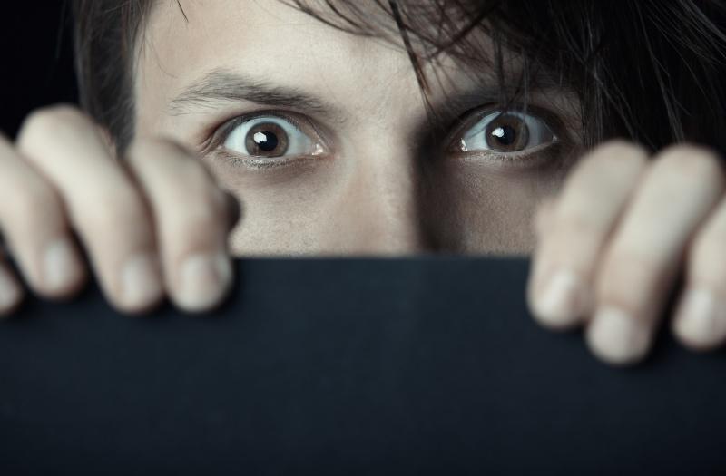 Hombre asustado. Tratamiento de fobias. Psicólogos gran vía