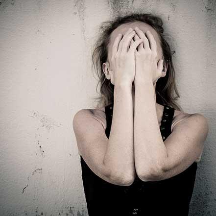 ansiedad_chica-tapandose-la-cara-psicologos-gran-via-bilbao