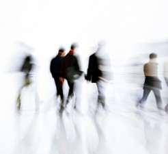 Informes psicólogicos - gente caminando desenfocada