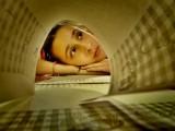 Foto técnicas de estudio. chica entre libros