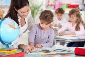 Niña y profesora en el aula