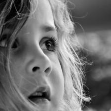 el apego infantil Psicologos en Bilbao Gran vía niña mirada