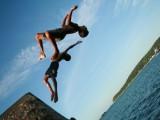 Adolescencia. Adolescentes saltando al mar