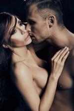 pareja-abrazandose.-Mujer-con-mirada-perdida.DISFUNCIONES-SEXUALES,-QUÉ-SON-Y-CÓMO-TRATARLAS.-Psicólogos-gran-vía